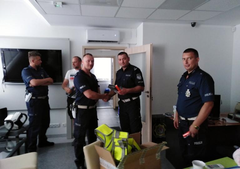 Przekazanie Policjatom Ruchu Drogowego